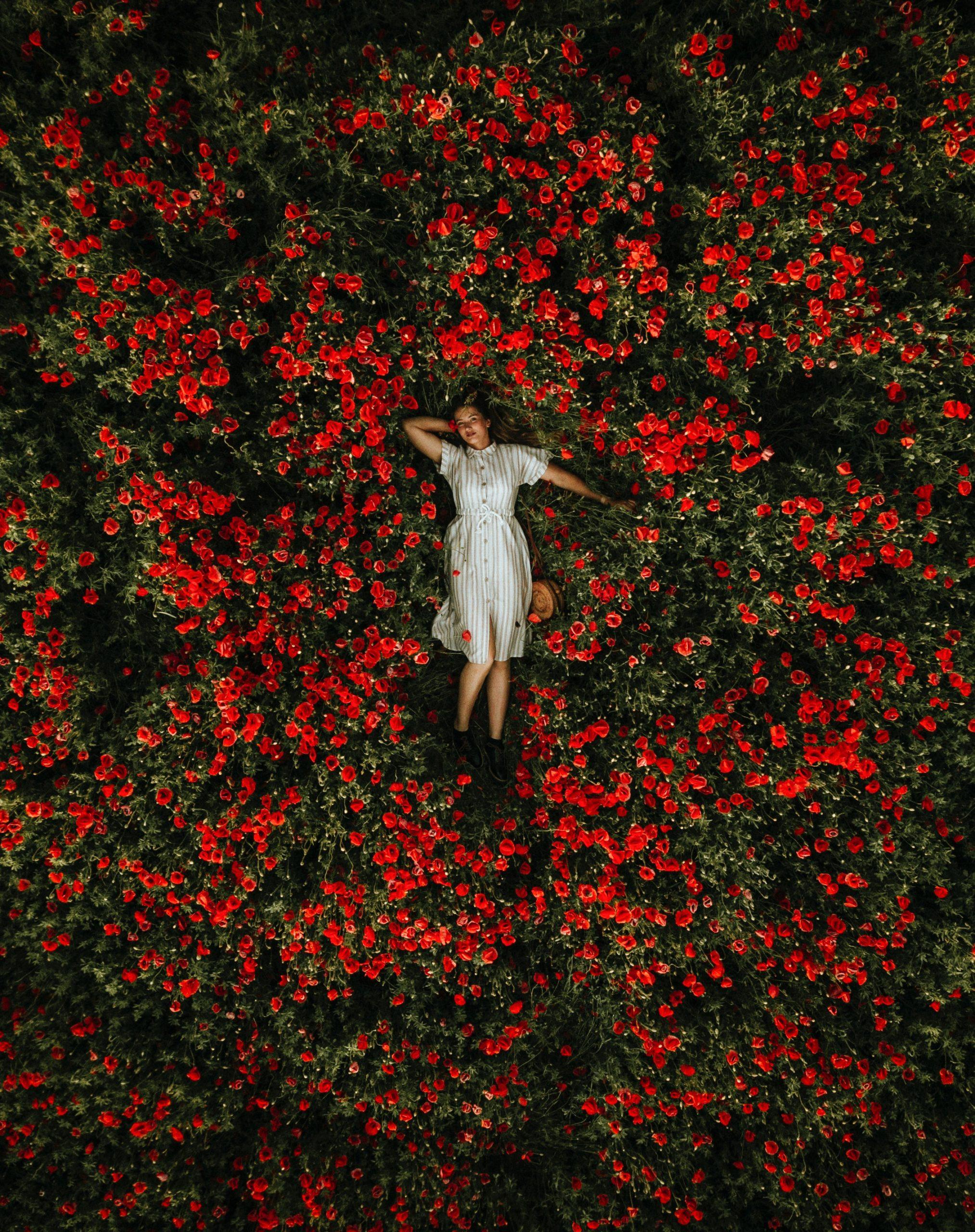 donna tra i fiori